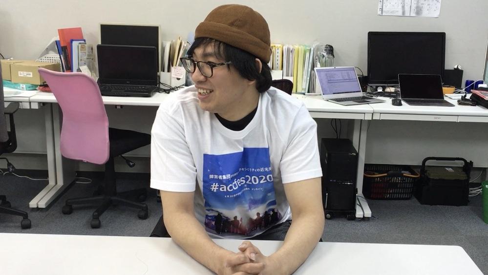 アイコラボ神戸の穴田くんがスタッフTシャツを着て笑ってる写真