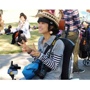 筋電車椅子に座って笑顔の女性の写真